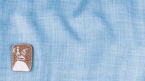 Hand-dekorerad julpepparkaka på den blått skrynkliga torkduken fotografering för bildbyråer