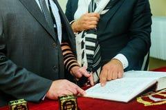 0Hand del muchacho que lee el Torah judío en bar mitzvah el 5 de septiembre de 2016 LOS E.E.U.U. Imagen de archivo libre de regalías