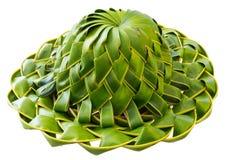 Hand - den gjorda hatten som veckas från kokosnöten, gömma i handflatan blad som isoleras Royaltyfri Foto