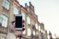 hand den smart telefonen royaltyfri bild