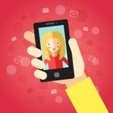 hand den smart telefonen På den röda bakgrunden med kuvert Video appell med flickan (blont långt hår) Arkivbilder