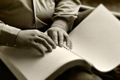 Hand der blinden Lesung ein Buch Blindenschrift Lizenzfreie Stockbilder