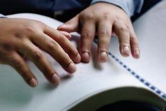 Hand der blinden Lesung ein Buch Blindenschrift Lizenzfreies Stockbild