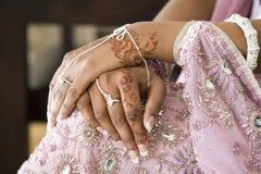 Hand der Braut mit Hennastrauch-Tätowierung, indische Hochzeit Stockbilder