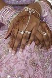 Hand der Braut mit Hennastrauch-Tätowierung, indische Hochzeit Stockfotos