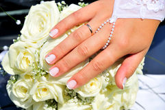 Hand der Braut mit ihrem neuen Ring Lizenzfreies Stockbild
