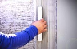 Hand der Erbauerarbeitskraft-Gebrauchskelle, die Beton vergipst Lizenzfreies Stockbild