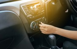 Hand der Frau AutoKlimaanlage, Knopf einschaltend auf Armaturenbrett in der Autoplatte lizenzfreie stockbilder