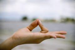 Hand der Frau in der youga Haltung Lizenzfreies Stockfoto