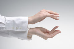 Hand der Frau, die das Symbol klein zeigt Stockfoto
