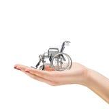 Hand der Frau, die einen Rollstuhl anhält stockbilder