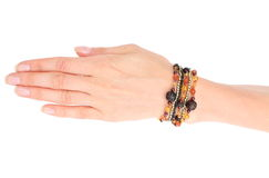 Hand der Frau mit Armbändern auf weißem Hintergrund Lizenzfreie Stockfotos