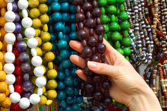Hand der Frau mit Halsketten Stockfotos