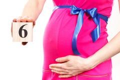 Hand der Frau Zahl des 6. Monats der Schwangerschaft zeigend, erwartend für neugeborenes Konzept Lizenzfreies Stockbild