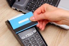 Hand der Frau zahlend mit kontaktloser Kreditkarte mit NFC-Technologie, Finanzkonzept lizenzfreie stockfotos