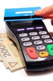Hand der Frau zahlend mit kontaktloser Kreditkarte, NFC-Technologie lizenzfreie stockfotos
