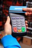 Hand der Frau zahlend mit kontaktloser Kreditkarte, NFC-Technologie lizenzfreie stockbilder