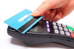 Hand der Frau zahlend mit kontaktloser Kreditkarte, NFC-Technologie stockbild
