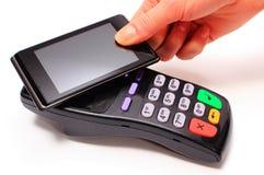 Hand der Frau zahlend mit NFC-Technologie am Handy stockfotos