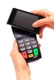 Hand der Frau zahlend mit NFC-Technologie am Handy stockbild
