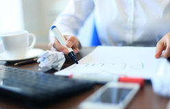 Hand der Geschäftsfrau arbeitend im Schreibtisch Lizenzfreie Stockfotografie