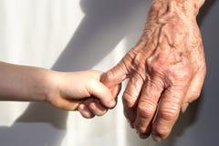 Hand der Großmutter und des Enkelkindes stockfoto