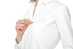 Hand der jungen Frau, die unbelegtes Namensabzeichen zeigt Lizenzfreie Stockfotos