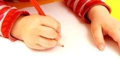 Hand der Kindzeichnung auf einem Papier Lizenzfreies Stockbild