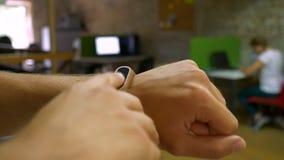 Hand der männlichen Nahaufnahme im hellen Büro Innen, Arbeitsstimmung, lokalisiert stock video footage
