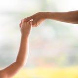 Hand der Mama und des Kindes Stockfotos