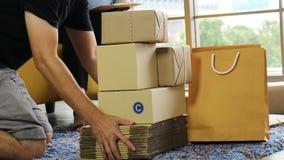 Hand der Manngriffgruppe des Paketes für das Senden dem Kunden lizenzfreie stockfotografie