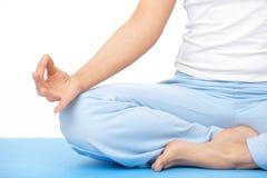 Hand der Nahaufnahmefrau, die Yogaübung auf Matte tut Stockbild
