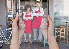 Hand der Person ein Foto von zwei Leuten mit ihrer Tablette machend lizenzfreies stockfoto