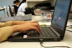 Hand der Sekretärbürofrau, die Knöpfe auf einem Computer bedrängt Stockbilder
