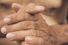 Hand des alten Mannes