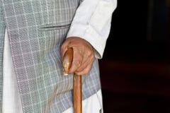 Hand des alten Mannes auf seinem Spazierstock Stockfotos