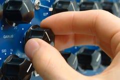 Hand des Audioingenieurs bei der Arbeit Stockfoto