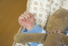 Hand des Babys/neugeborenes mit Spielzeug Stockfoto