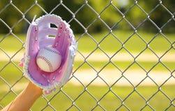 Hand des Baseball-Spielers mit rosa Handschuh und Ball Lizenzfreies Stockbild