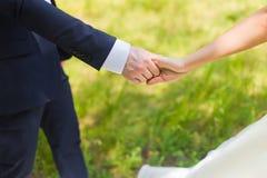 Hand des Bräutigams und der Braut Lizenzfreie Stockfotos