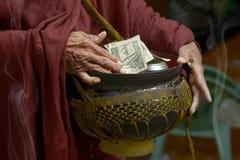 Hand des buddhistischen Mönchs Stockbilder