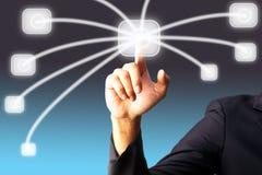 Hand des Bussiness Mannes drückend auf einen Touch Screen Stockfotos
