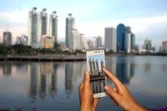 Hand des Fotografen mit intelligentem Telefonschießenbild Stockfotos