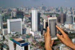 Hand des Fotografen mit intelligentem Telefonschießenbild Lizenzfreies Stockbild