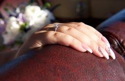 Hand des Frauenabschlusses oben Hand der Braut mit nettem Ring Hand der Braut lokalisiert im undeutlichen Hintergrund Braut, die  Lizenzfreie Stockfotos