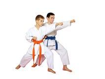 Hand des geraden Durchschlages in der Leistung von Athleten auf einem weißen Hintergrund lizenzfreies stockfoto