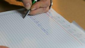 Hand des Geschäftsfrauschreibens auf Papier im Büro stock footage