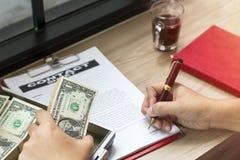 Hand des Geschäftsmannbehälters, zum des Geschäftsdokumentes zu schreiben stockbild