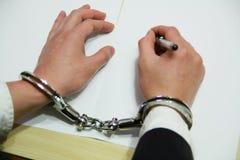 Hand des Geschäftsmannes in den Handschellen Stockfotos