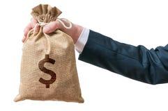 Hand des Geschäftsmannes hält Tasche voll vom Geld Lokalisiert auf Weiß Lizenzfreie Stockfotos